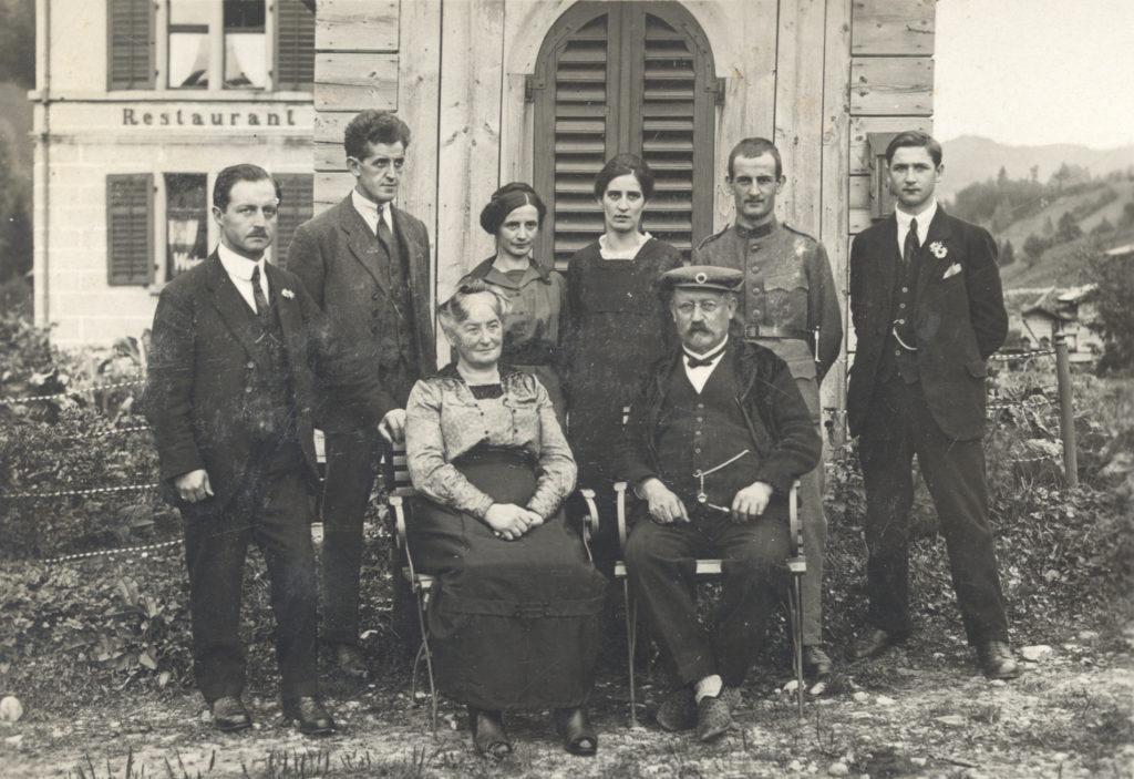 Familie Oberholzer vor dem Restaurant Frohsinn in Fischenthal. (hintere Reihe, dritte von links: Rosa Oberholzer)