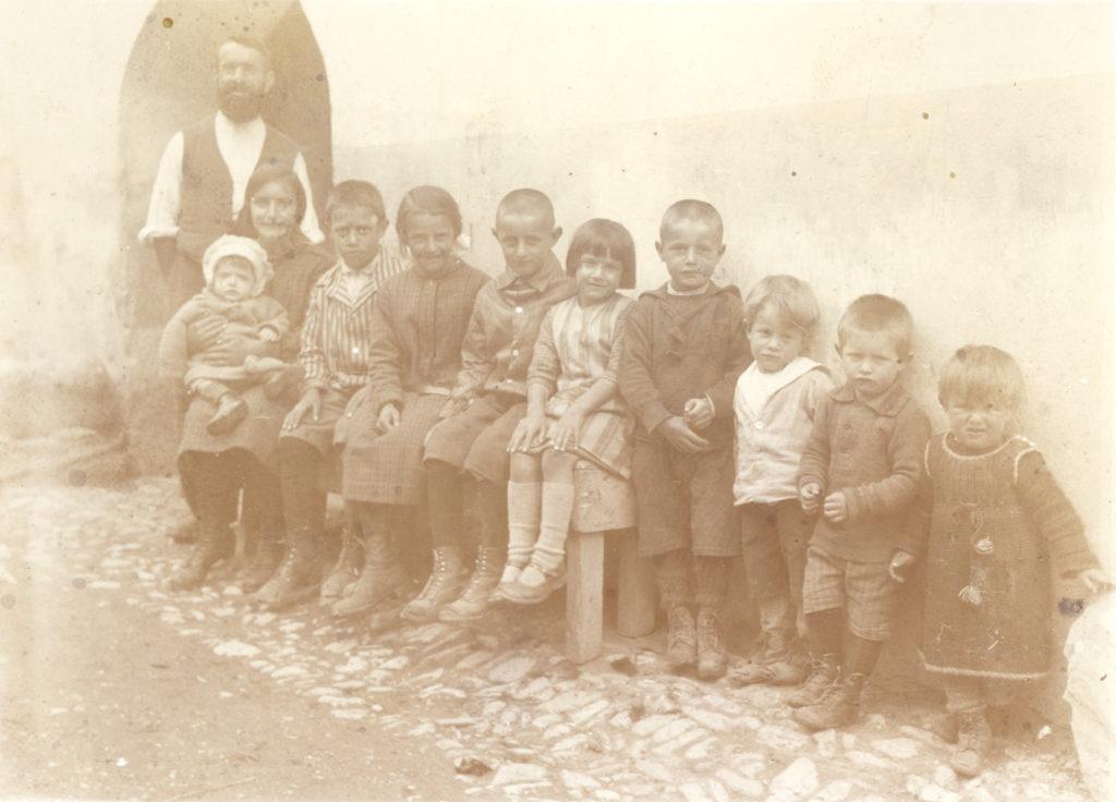 Jachen Pitchen Mischol mit der Kinderschar, 1926 in Vnà.
