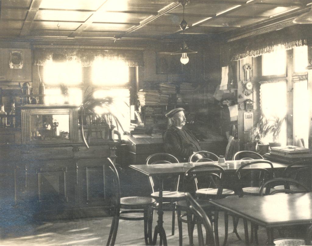 Heinrich Oberholzer in der Wirtsstube, der Restaurant Oberholzer / Frohsinn in Fischenthal.